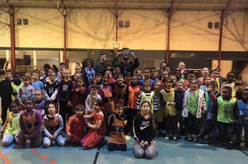 Des enfants rencontrent le boxeur Jordy Weiss à Laval